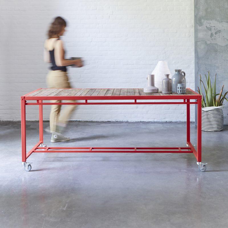красный столик