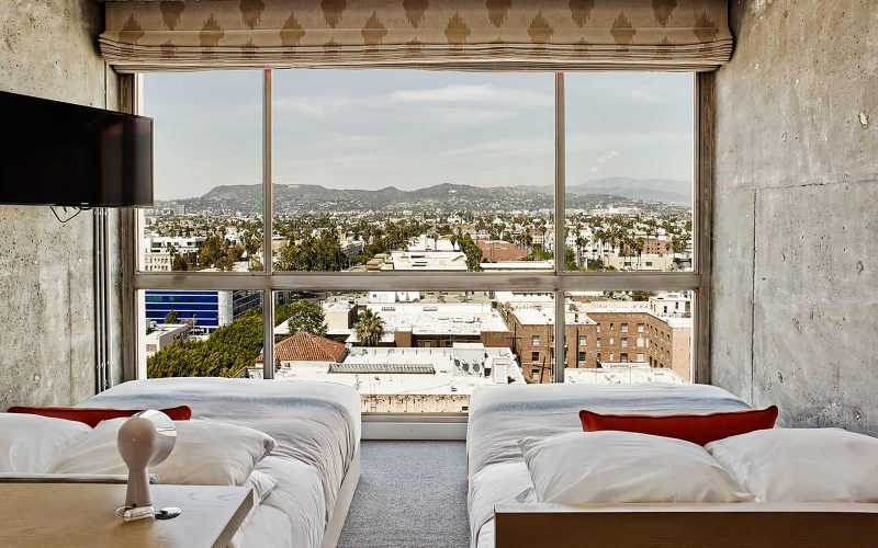 кровати напротив окна