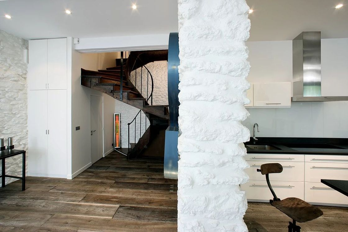 кирпичная колонна в интерьере
