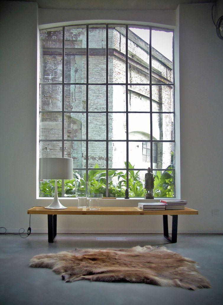 стол у окна
