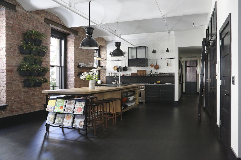 высокие светлые потолки кухня лофт