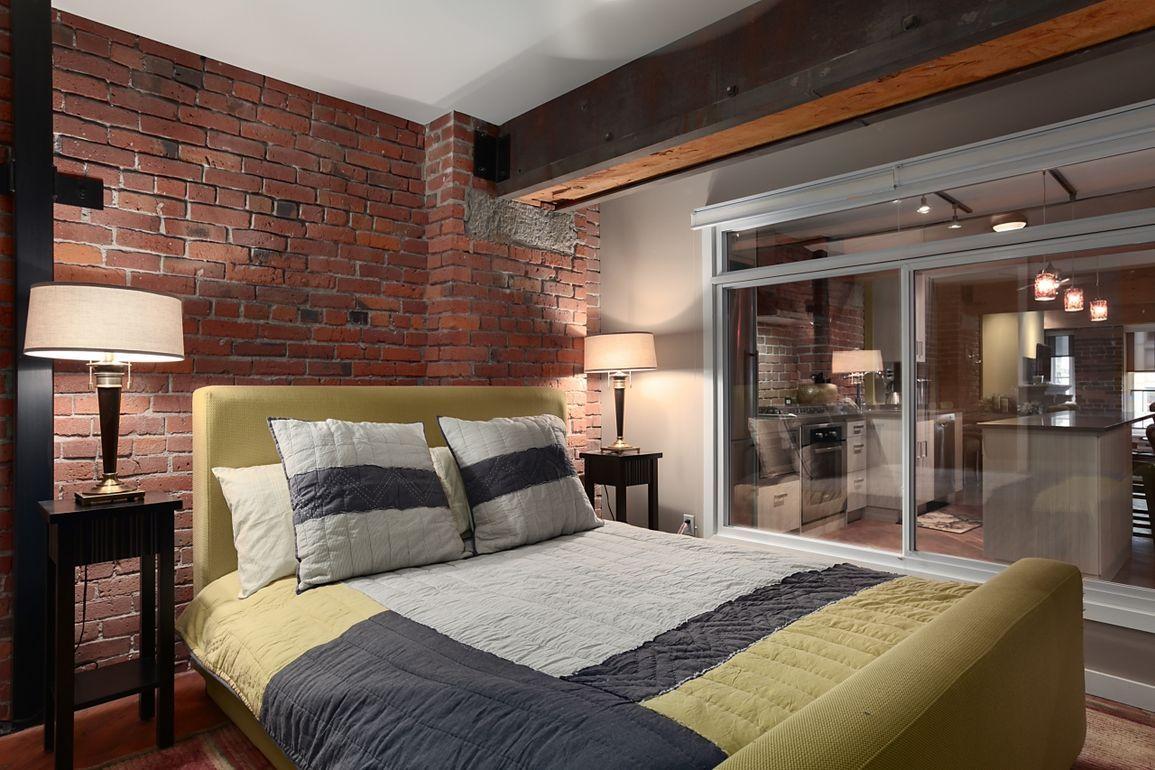 стекло дерево металл в интерьере спальни в стиле лофт