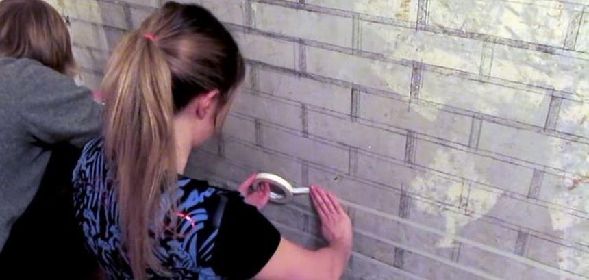 размечаем стену малярным скотчем