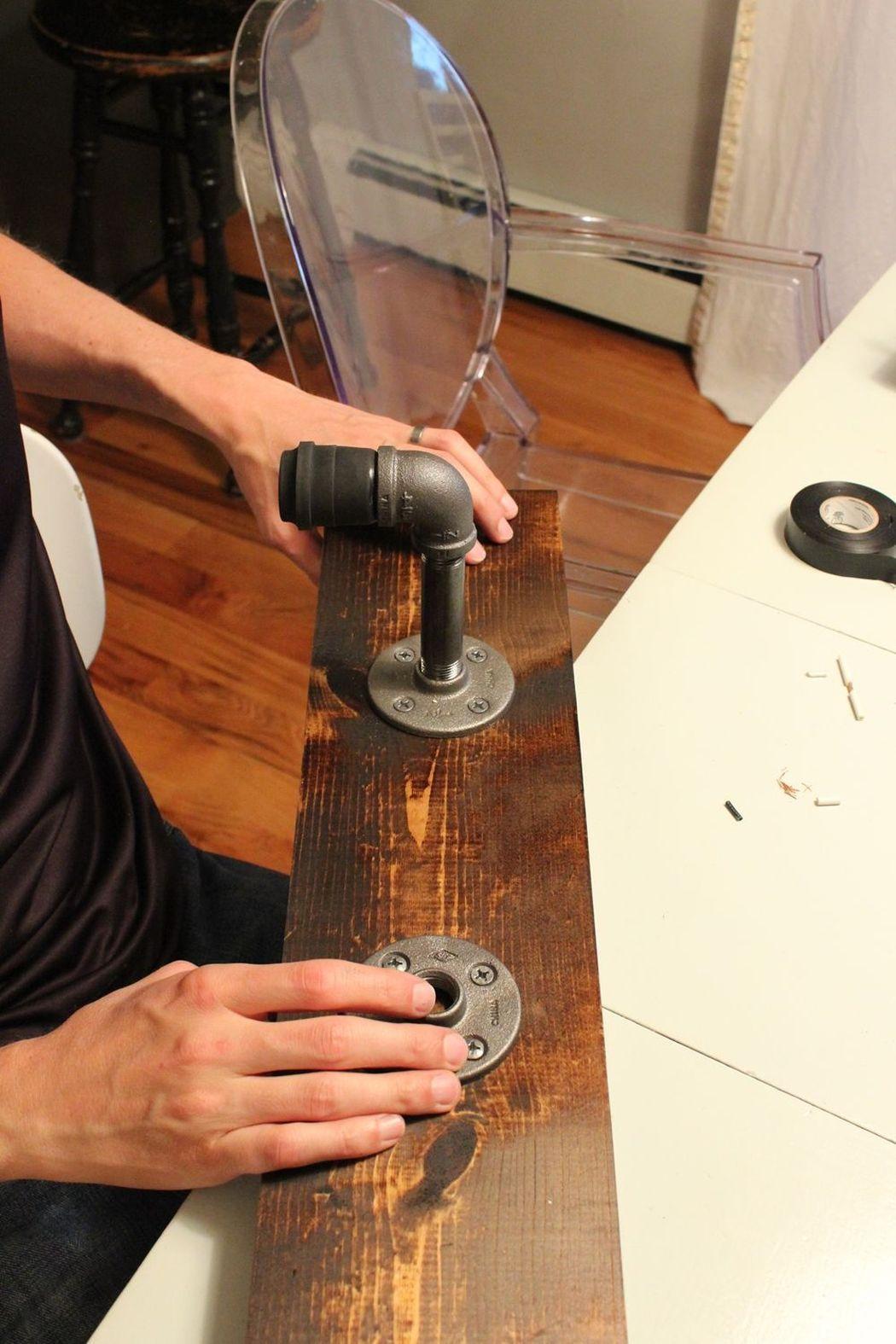 одеваем конструкцию светильника в стиле лофт на основание