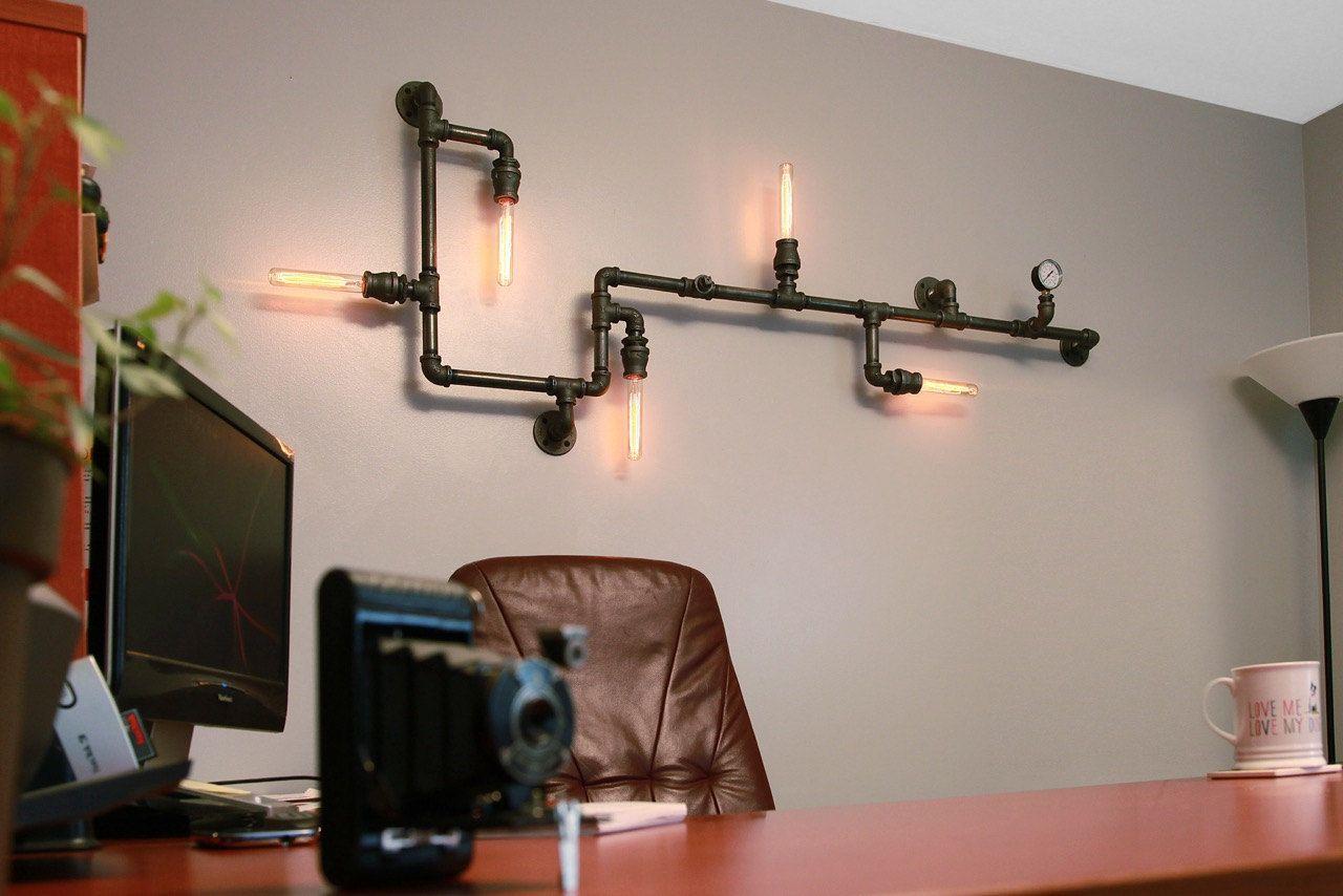 Настенный светильник из водопроводных труб