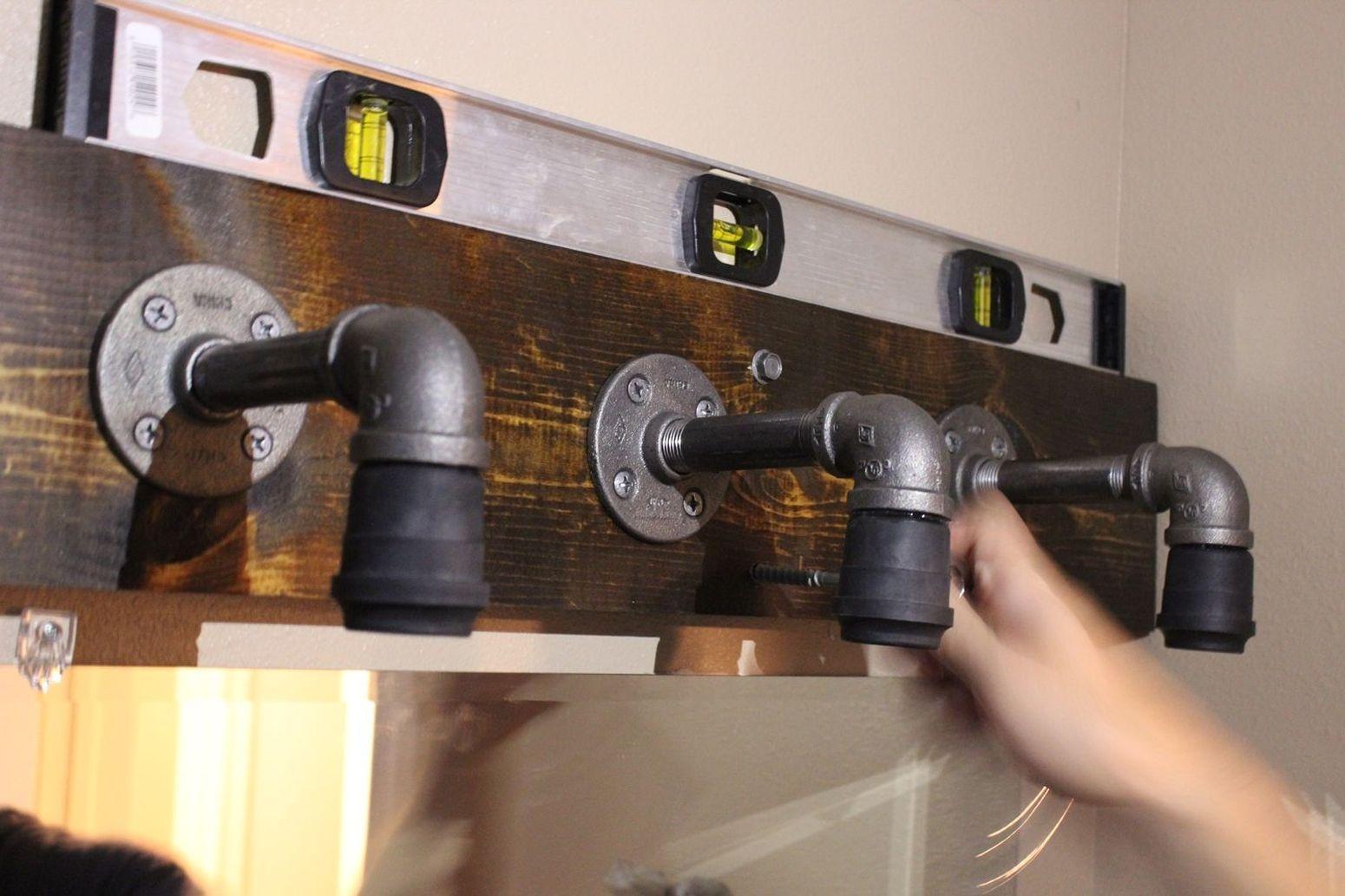 используем строительный уровень при установке светильника