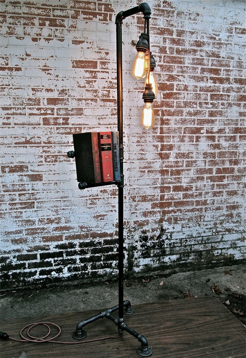 напольный светильник из водопроводных труб