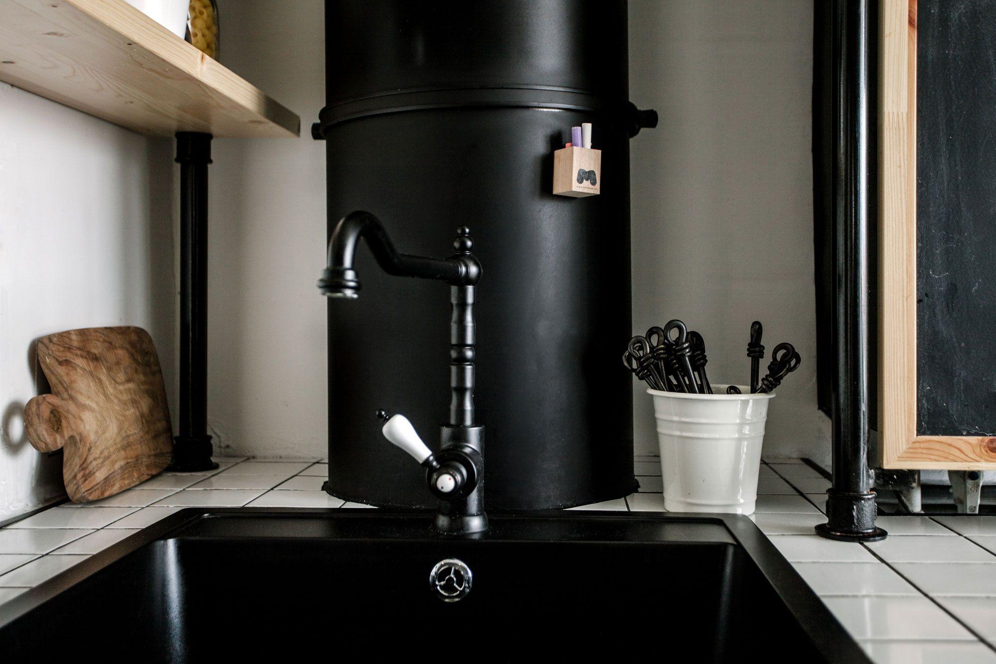 черная раковина на кухне