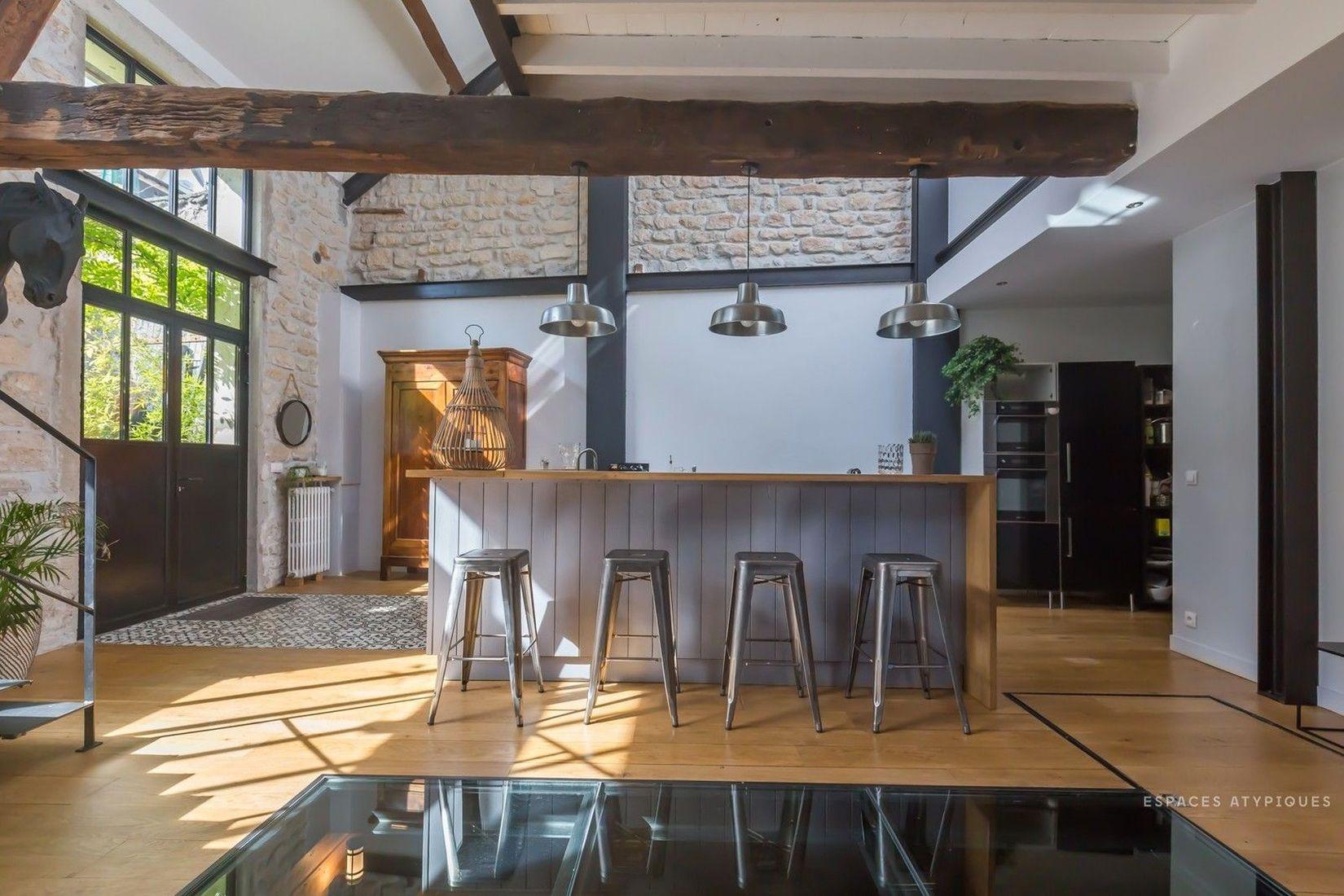 кухонный остров и металлические стулья