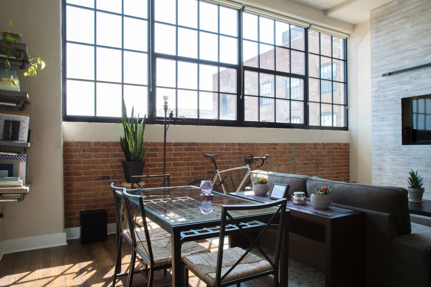 Лофт художника в здании старой фабрики в Балтиморе