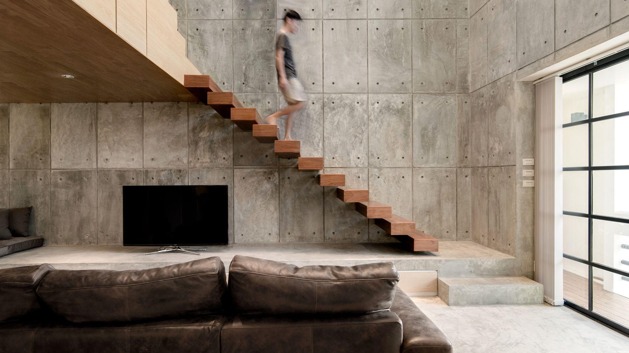 деревянная лестница в интерьере лофта